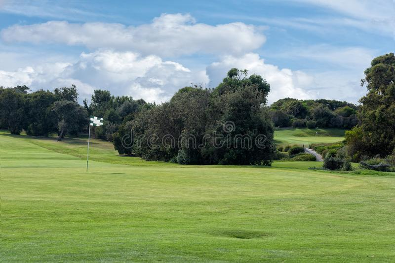 Une vue des puttings greens de terrain de golf et des nuages riches photo libre de droits