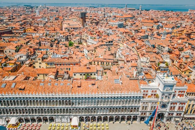 Une vue des toits carrelés rouges des maisons et du palais de Dodge à la moitié de San Marco à Venise, Italie images libres de droits
