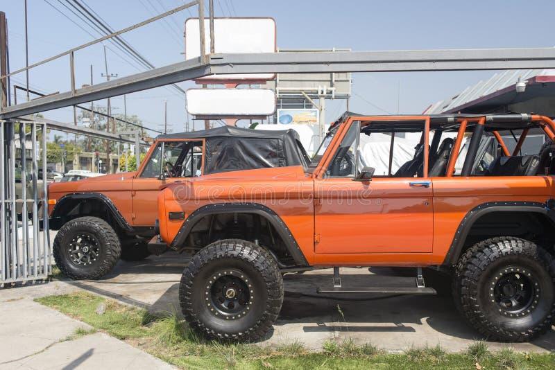 Une vue des voitures de suv de vintage dans un parking à Venise, la Californie images stock