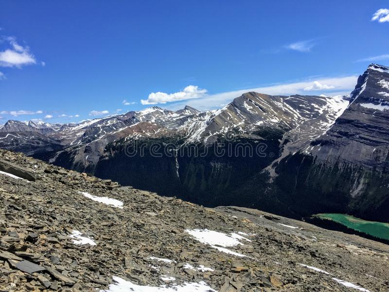 Une vue donnant sur Rocky Mountains le long de la traînée de lac berg dans le bâti Robson images stock