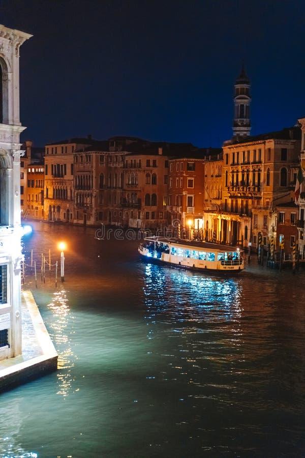Une vue du canal la nuit Venise, Italie photo stock