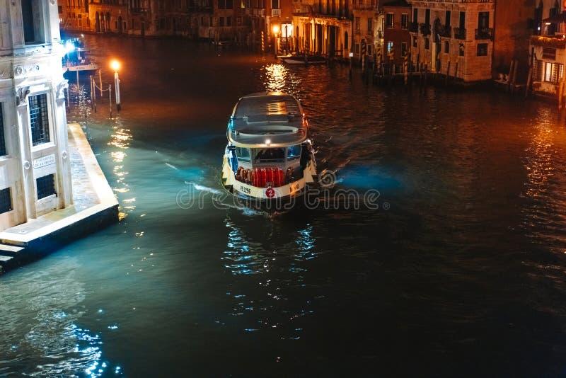 Une vue du canal la nuit Venise, Italie photographie stock