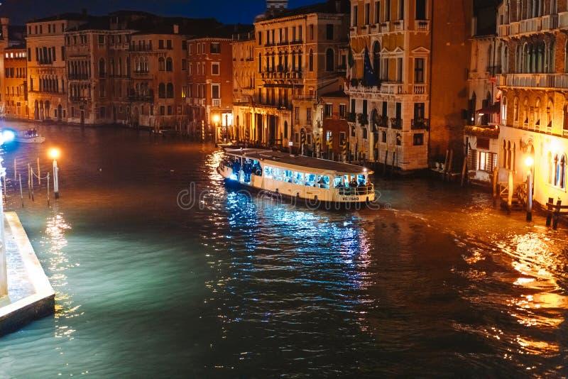 Une vue du canal la nuit Venise, Italie images stock