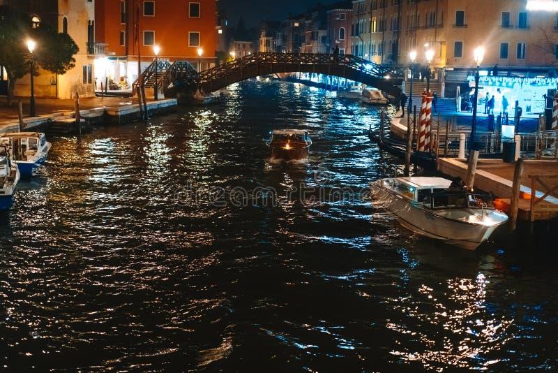 Une vue du canal la nuit Venise, Italie image stock