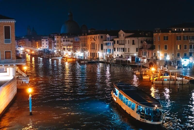 Une vue du canal la nuit Venise, Italie image libre de droits