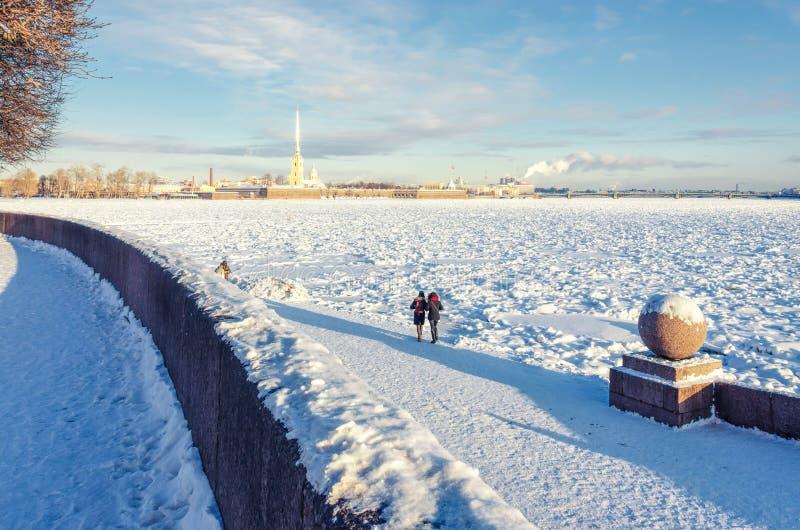 Une vue du Neva congelé et de la forteresse de St Peter et de Paul photos libres de droits