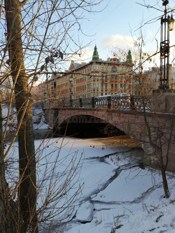 Une vue du pont et des bâtiments image libre de droits