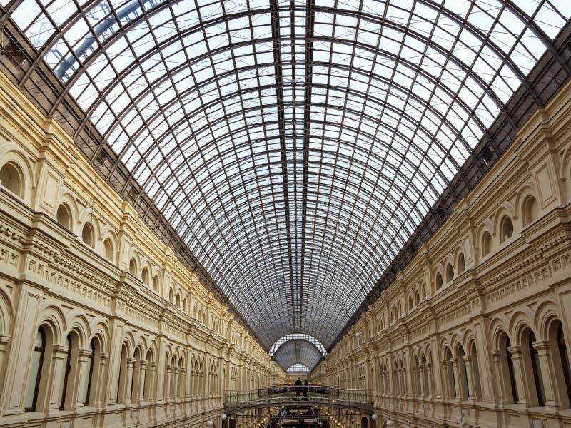 Une vue du toit en verre arqué à l'intérieur du magasin de GOMME photos stock