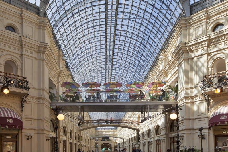 Une vue du toit en verre arqué à l'intérieur du magasin de GOMME image libre de droits