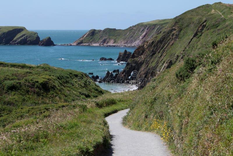 Une vue en bas du chemin aux sables de Marloes, Pembrokeshire image stock