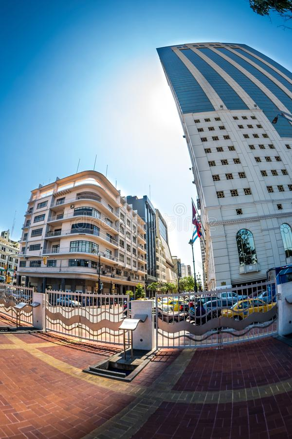 Une vue grande-angulaire de Malecon Simon Bolivar et de bâtiment de Previsora de La à Guayaquil image libre de droits