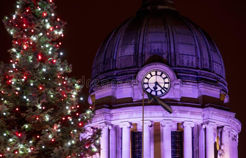 Une vue hôtel de ville et d'arbre au marché de Noël de Nottingham dans la vieille place du marché, Nottingham, Nottinghamshire -  image stock
