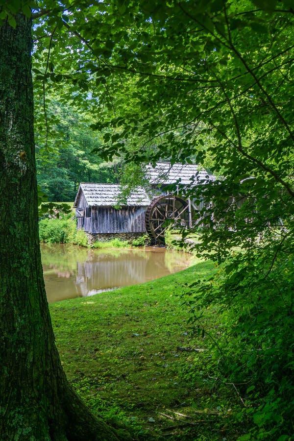 Une vue intime Mabry Gristmill sur Ridge Parkway bleu photo libre de droits