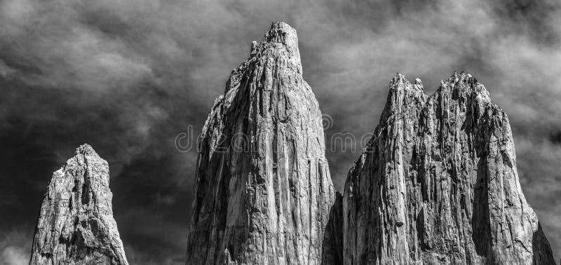 Une vue noire et blanche des trois tours énormes de granit à l'extrémité de la promenade de W en parc national de Torres del Pain photos stock