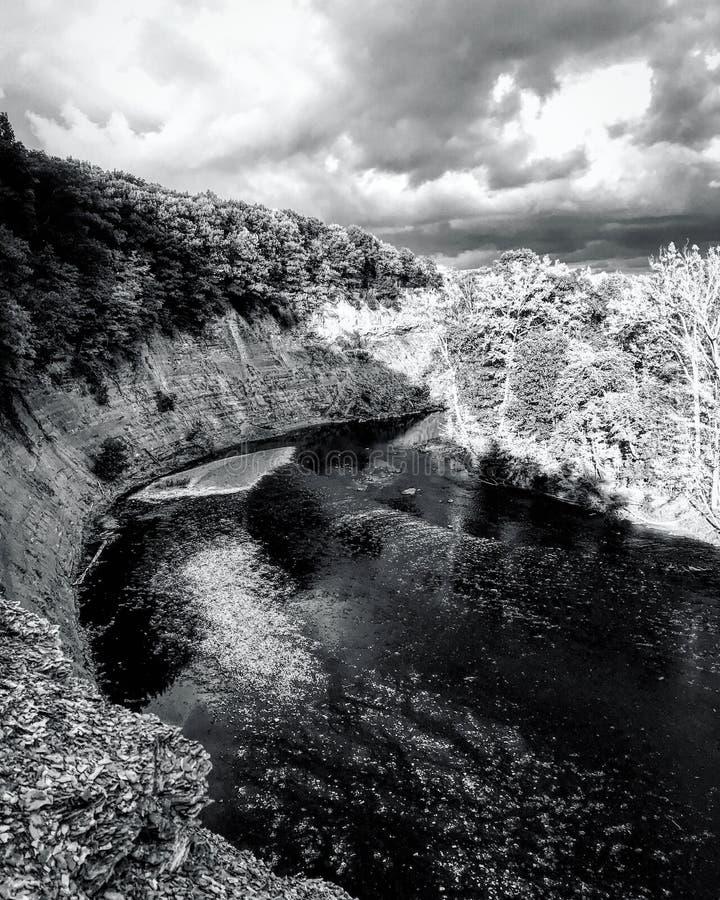 Une vue noire et blanche renversante des falaises de Rocky River - CLEVELAND - l'OHIO - Etats-Unis photos stock