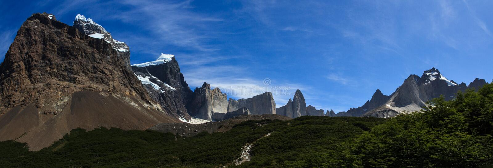 Une vue panoramique le long de la voie amenant la vallée française en parc national de Torres del Paine, Patagonia photo libre de droits