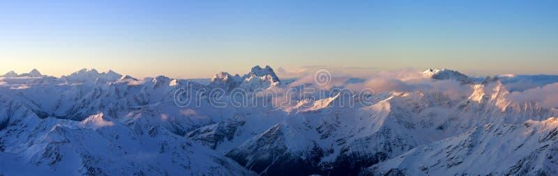 une vue panoramique plus grande de lever de soleil de Caucase photo stock