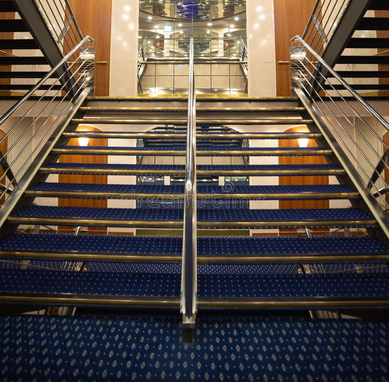 Une vue particulière d'un escalier luxueux dans un bateau de croisière photo stock