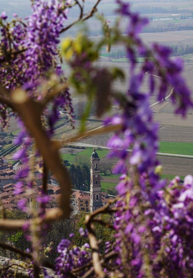 Une vue pittoresque de la ville de Caravino avec des fleurs de glycine image libre de droits