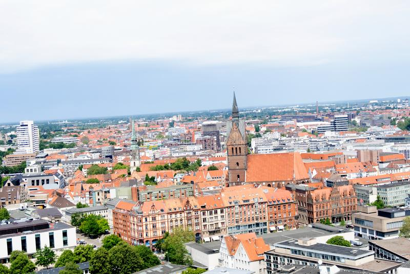 Une vue plus étroite de la tour du hall civil sur l'église et la structure établie de Hanovre Allemagne images stock