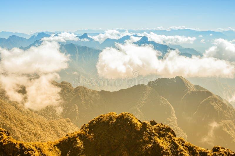 Une vue scénique de ciel sur terre, la plus haute montagne de Fansipan, Sapa, Vietnam photographie stock