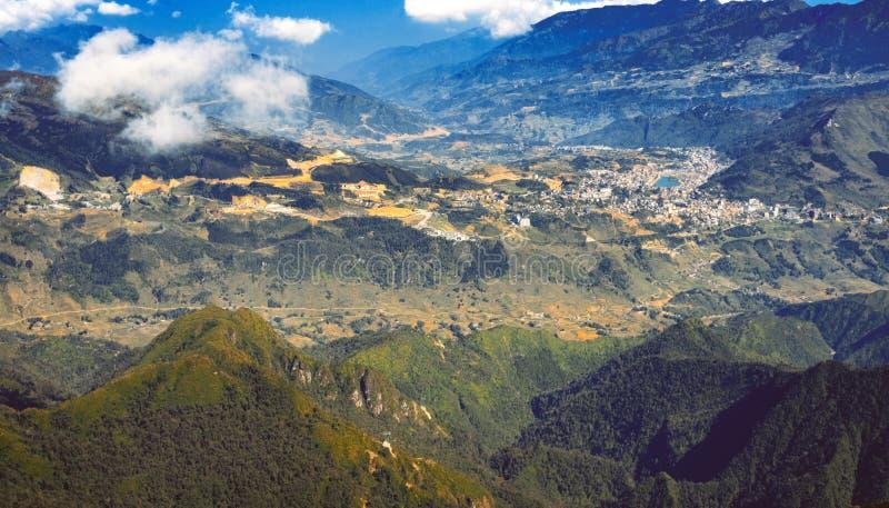Une vue scénique de ciel sur terre, la plus haute montagne de Fansipan, Sapa, Vietnam photo stock