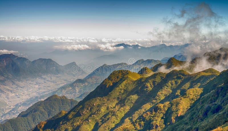 Une vue scénique de ciel sur terre, la plus haute montagne de Fansipan, Sapa, Vietnam image stock