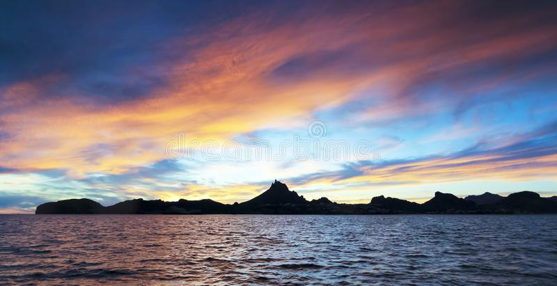 Une vue scénique de coucher du soleil d'océan de montagne et de São Carlos de Tetakawi, images stock