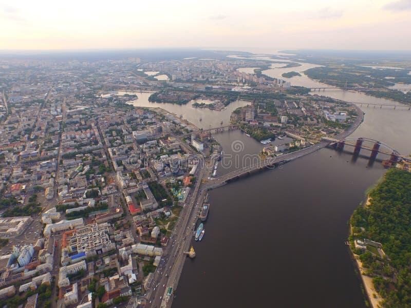 Une vue supérieure de la ville, station centrale de rivière de Dnipro, rivière image stock