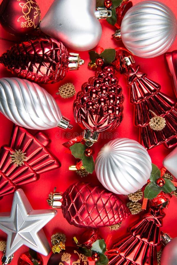 Une vue supérieure de Noël d'argent, rouge et vert mélangé ornemente o photos stock