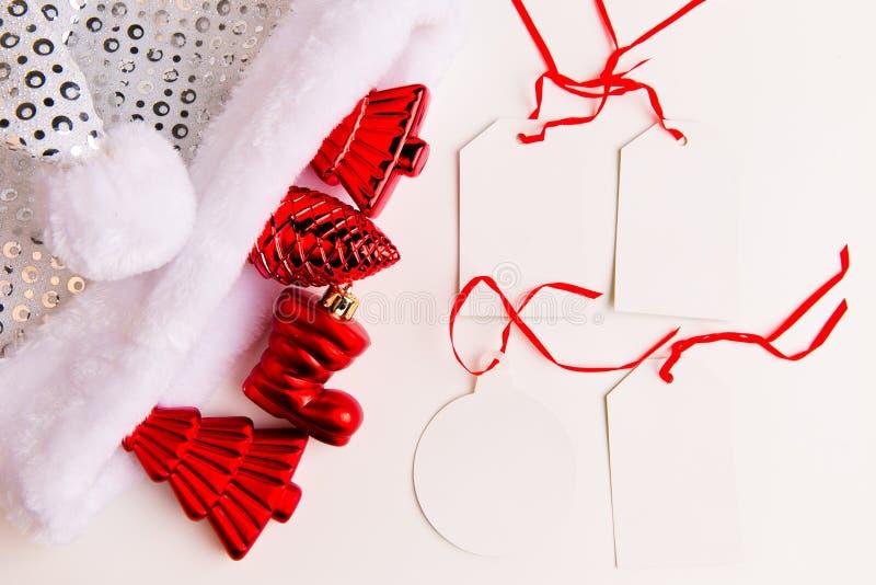 Une vue supérieure des ornements rouges de Noël et vident des labels photos libres de droits