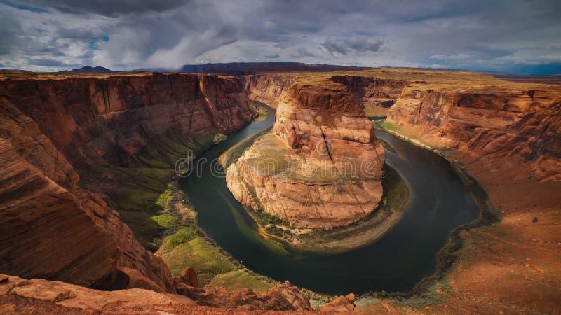 Une vue ultra large de courbure en fer à cheval ensoleillée au cayon de gorge en page, az photos libres de droits