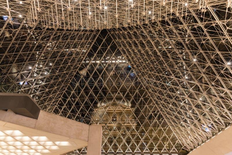 Une vue unique de l'intérieur de la pyramide en verre, musée de Louvre photos stock