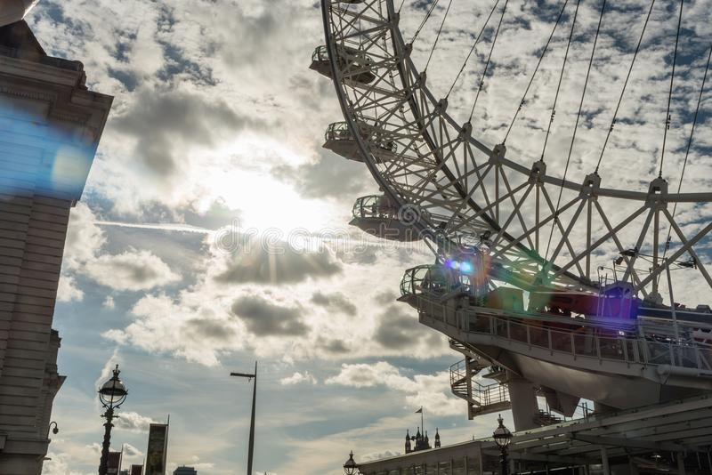 Une vue unique de la base de l'oeil de Londres images stock