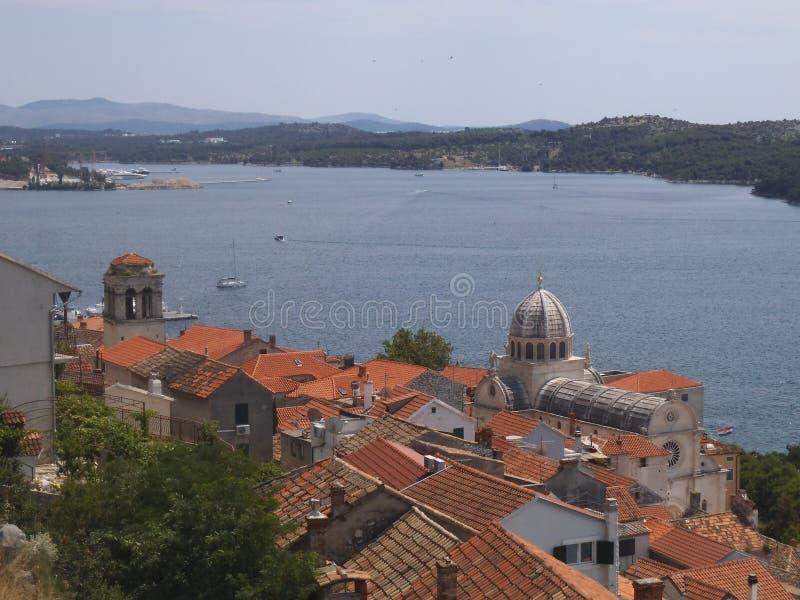 Une vue vers la mer de la colline de château dans Sibenik photographie stock