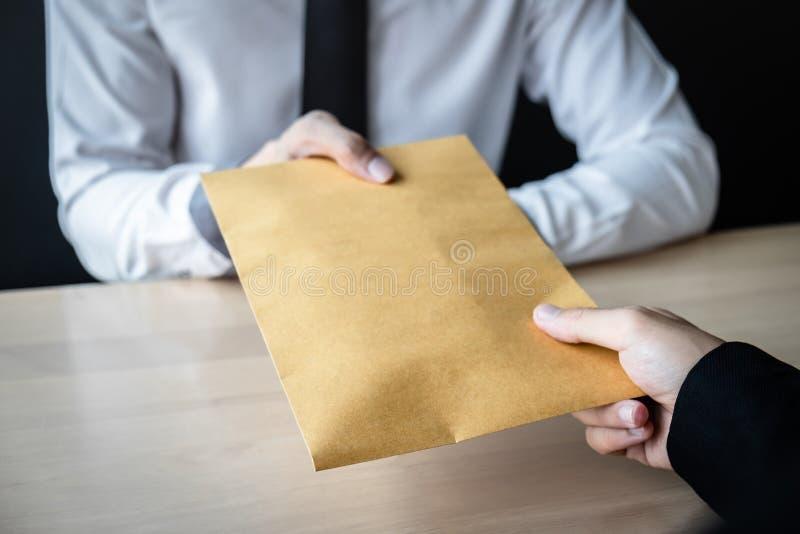 Unehrlicher Betrug im illegalen Geld des Gesch?fts, Gesch?ftsmann, der den Gesch?ftsleuten Bestechungsgeld im Umschlag gibt, um d stockbild