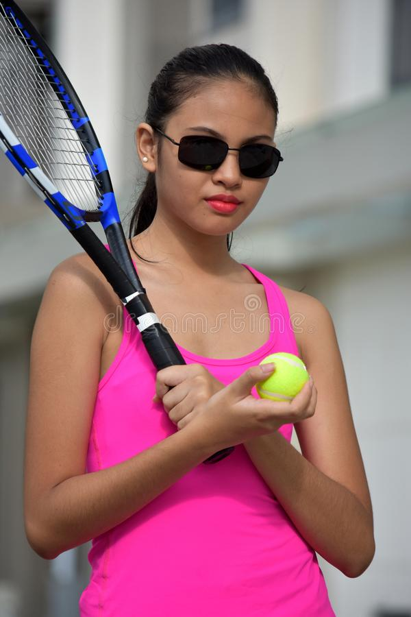 Unemotional atlety dziewczyny Mniejszościowy gracz w tenisa Jest ubranym okulary przeciwsłonecznych Z Tenisowym kantem zdjęcie royalty free