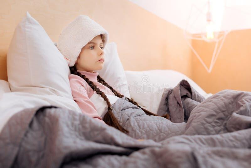 Unemotional dziewczyna z ręcznikiem na jej czole zdjęcie stock