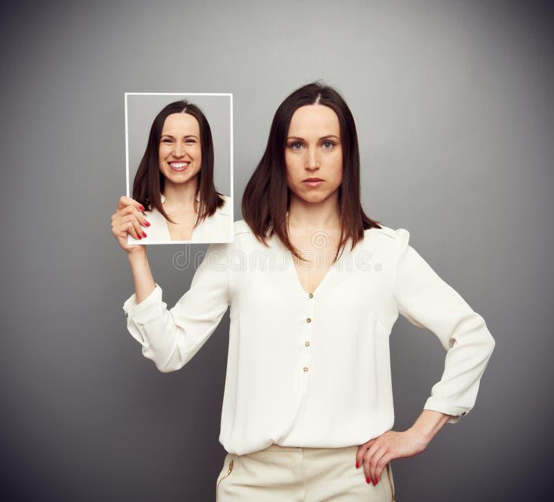 Unemotional kobieta chuje jej uradowanie obraz stock