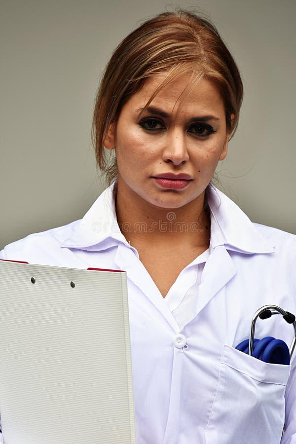 Unemotional kobiety lekarka Z schowkiem zdjęcia royalty free