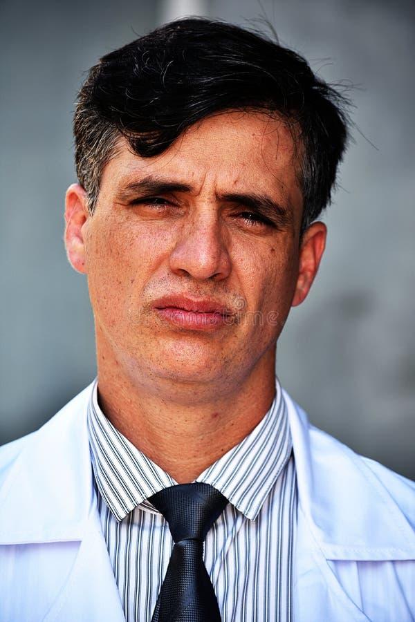 Unemotional Mądrze samiec lekarka Z pastylką obrazy royalty free