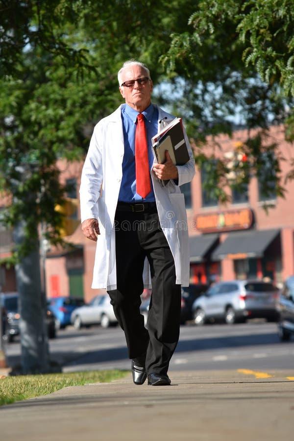 Unemotional Przystojnej Starszej samiec Lab Doktorski Jest ubranym żakiet Z notatników Chodzić zdjęcie royalty free