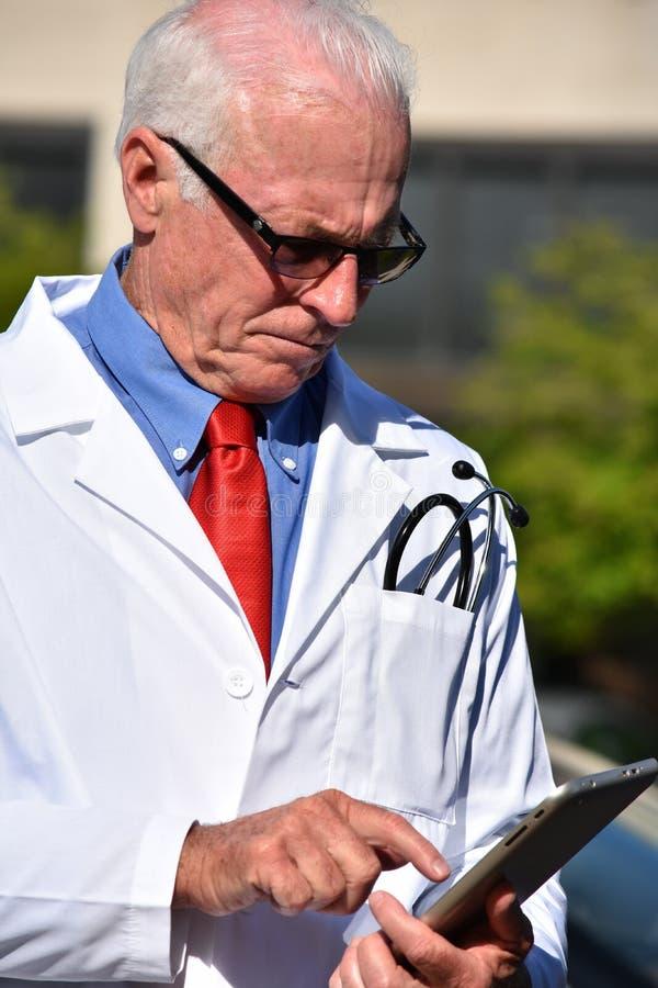Unemotional samiec Lab Doktorski Jest ubranym żakiet Przy szpitalem obrazy royalty free