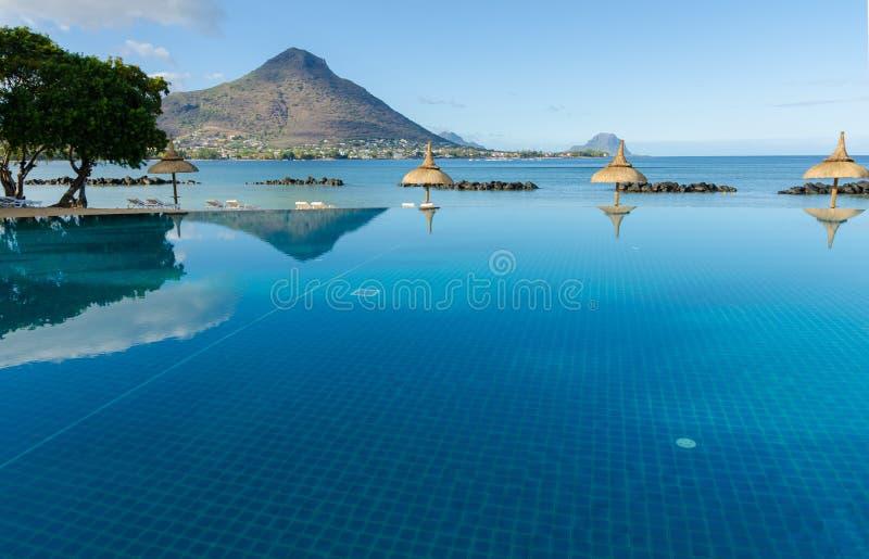 Unendlichkeits-Pool in Mauritius Resort lizenzfreie stockbilder