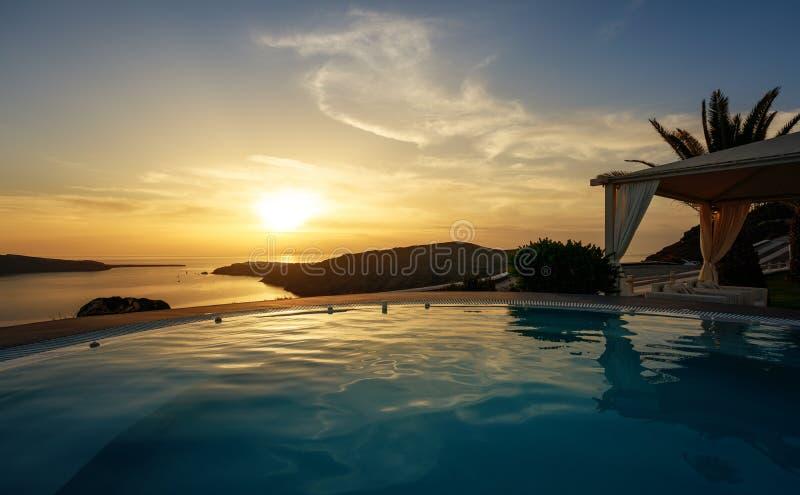 Unendlichkeitspool an der Dämmerung in Santorini lizenzfreies stockbild