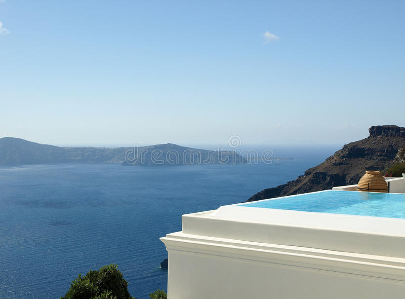 Unendlichkeitspool in Santorini, Griechenland lizenzfreie stockfotografie