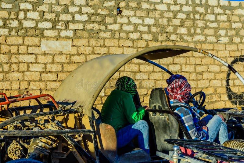 Unerkennbare Leute im Buggy w?hrend der Safarireise in der arabischen W?ste unweit von der Hurghada-Stadt, ?gypten lizenzfreie stockfotografie