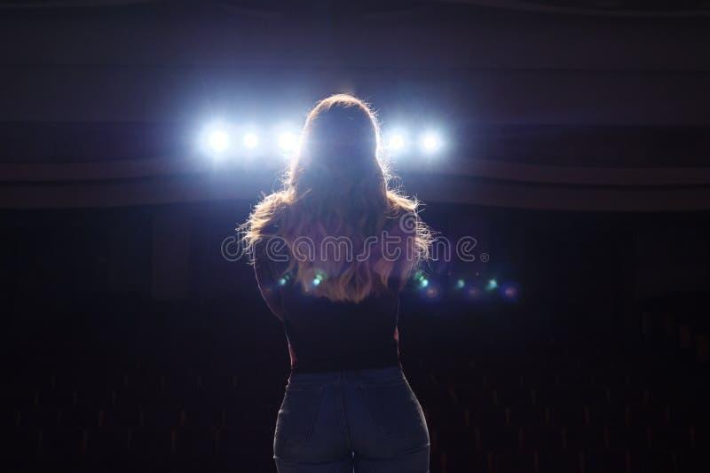 Unerkennbare Sängerstellung auf Stadium am Mikrofon im Nachtklub stockfotos