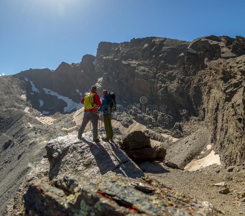 Unerkennbare Touristen, die auf Felsen stehen lizenzfreies stockfoto