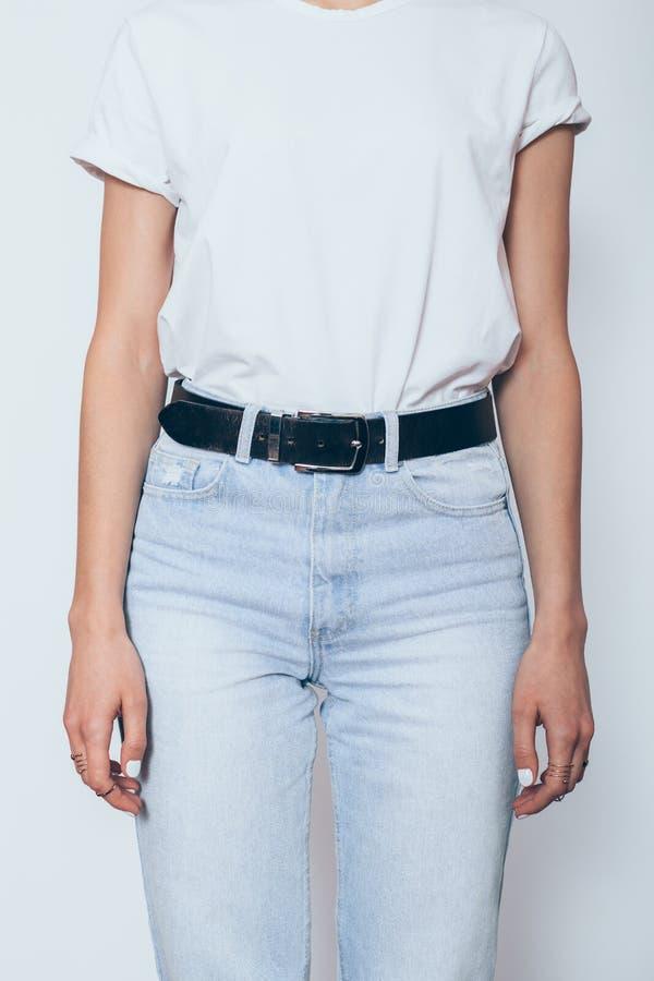 Unerkennbares junge Frau tragendes blanc weißes T-Shirt stockfotografie